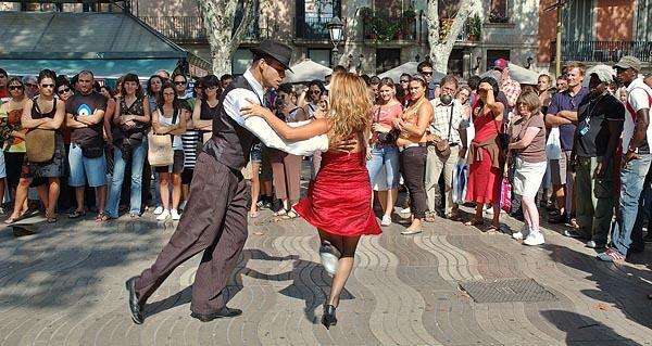 A couple dancing tango on Las Ramblas